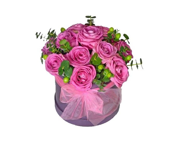 Roze ruže i zeleni hiperikum u kutiji