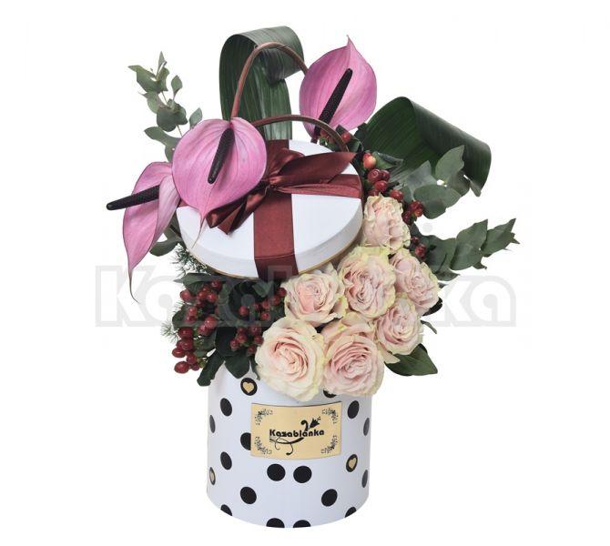Ruže i anturijum sa dekoracijom u kutiji