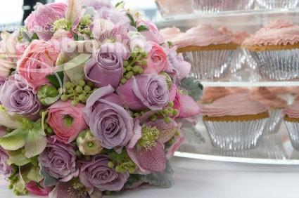 Bidermajer - Ruže, phalaenopsis i ranunculus sa dekoracijom